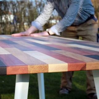 Holztisch aus mehreren Hölzern