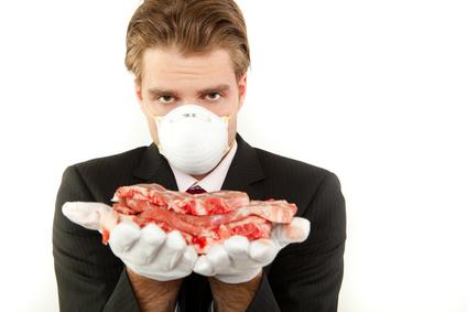 Mann mit Fleisch in der Hand