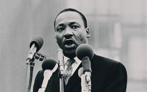 martin luther king jr giving a speech