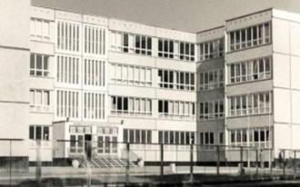 1975 erbaute Große Schule