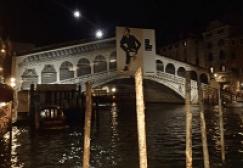 ライトアップされたリアルト橋