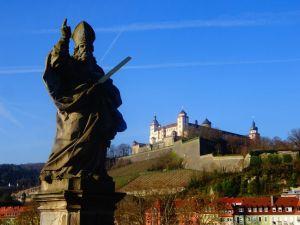 聖キリアン像とマリエンベルク要塞