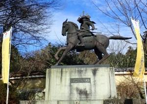 観心寺駐車場前の大楠公像