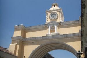 アンティグアのアーチ型時計台