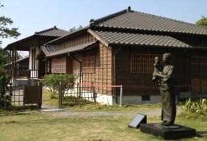 八田與一記念館と八田夫人像