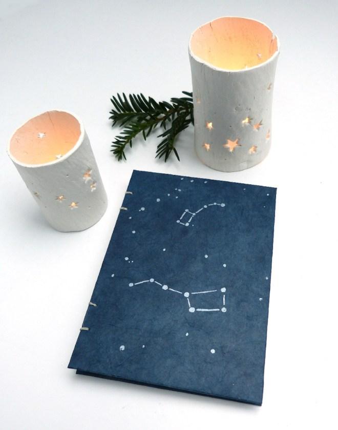 Windlichter und Notizbuch mit Sternenhimmel