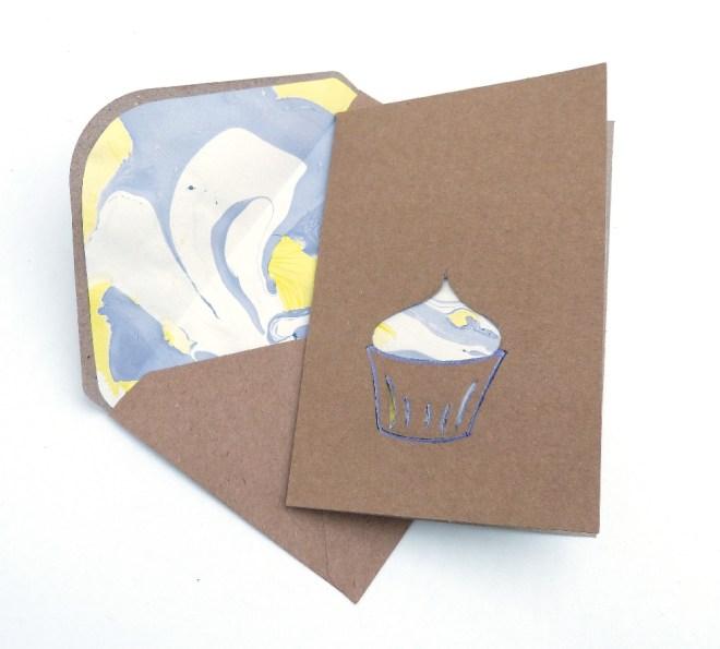 Grußkarte mit cutout und marmoriertem Umschlag