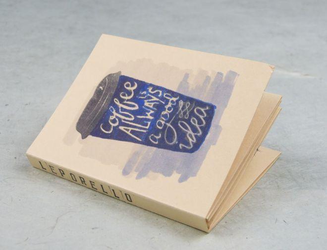 Leporello mit Umschlag und Kaffeebecher auf dem Cover