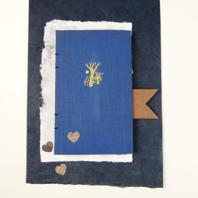 Handgebundenes Buch auf Papier mit Herzen
