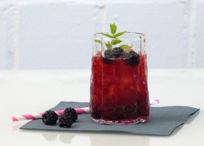 Coffee Bramble mit Crushed Ice und Brombeeren im Glas