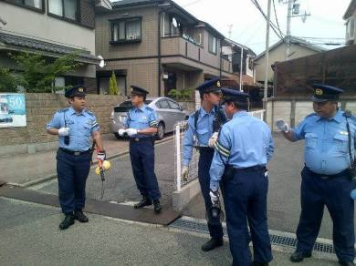 Kishiwada city police force who guide the marchers to safety hand over us to kadaoka town police force as we enter to their town. Ginagawa to nang mga city police ng bawat syudad ng osaka para masigurong ligtas lahat ng marchers. SANA GANITO SA PINAS! Hindi yung itrato tayong kalaban. Kakahiya..... (The city police does this in every city in Osaka to ensure that all marchers are safe. I hope they do this too in the Philippines! And not treat us as enemies. Shameful…)