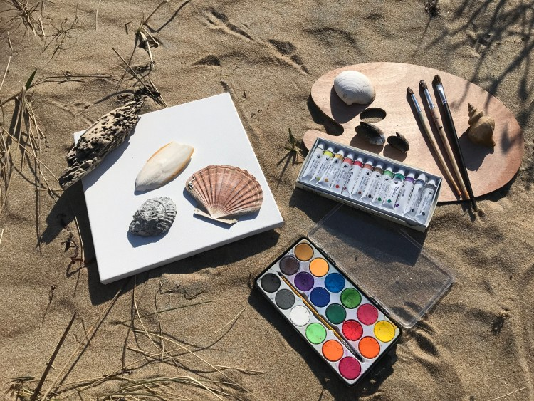 Tavlor och målarfärg när vi skapar konst vid havet