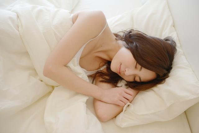夜晚身體的生理功能運作趨緩,為入睡做準備,此時不宜吃溫熱性食物