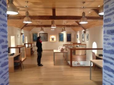 A l'étage de la médiathèque, peintures, gravures