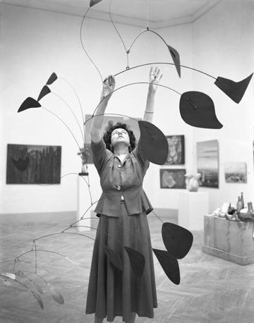 Peggy Guggenheim, Touching her Calder