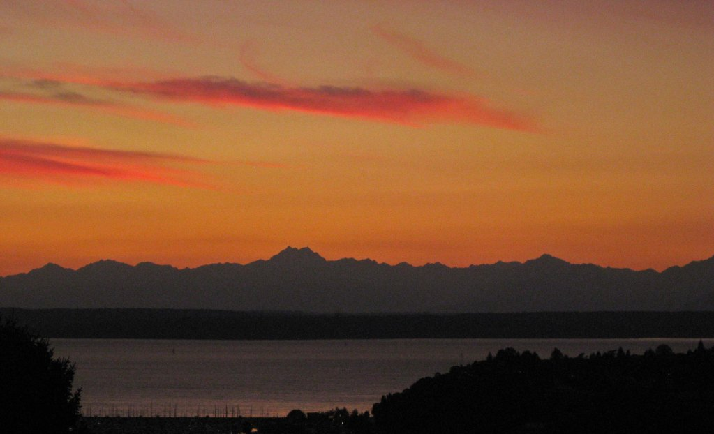 I shot this from my usual hangout, near Parsons Park on Seattle's Queen Anne in October 2012 <br data-recalc-dims=