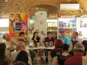 Daniel Timariu ia cuvântul; alături de Lucian Vasile Szabo, Eugen Bunaru, Cătălina Fometici, Cristi Vicol