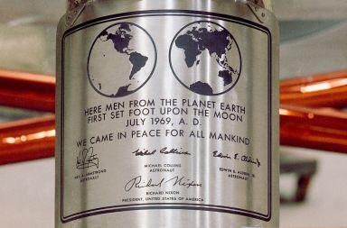 Placa memorială semnată de Richard Nixon