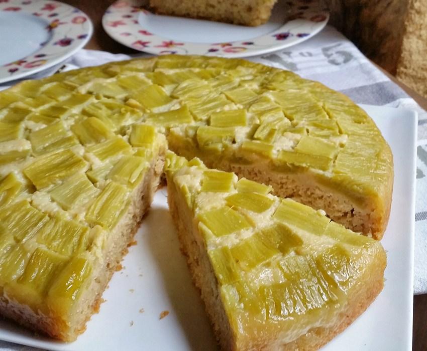 Gâteau renversé à la rhubarbe et aux amandes