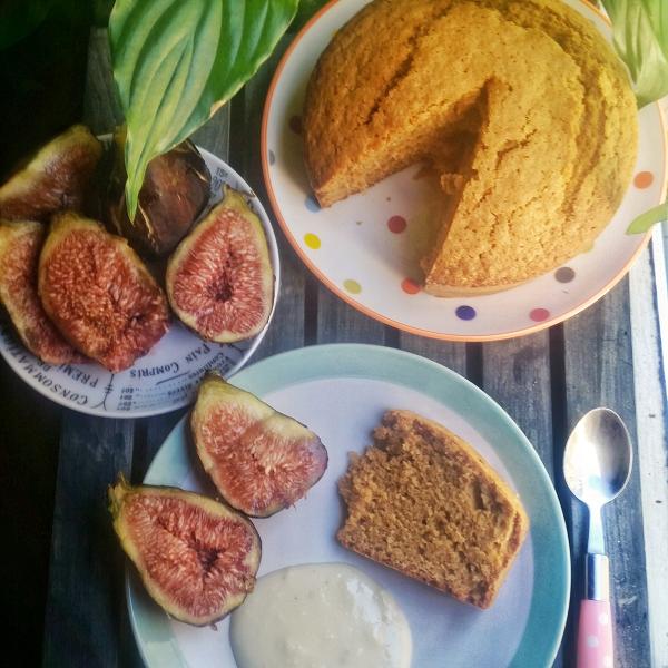 Gâteau moelleux au rhum, coulis frais aux amandes et figues fraîches