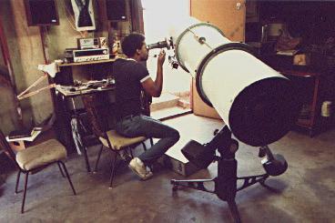 """Ο Keith Lawson με το κατοπτρικό 12,5"""" F/7 στο εργαστήριό του - 1986"""