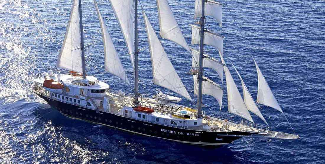 SAILING-YACHT-RUNNING-ON-WAVES