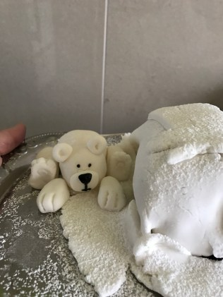 Eisbär https://hellawahnsinn.wordpress.com/2017/03/15/baeriger-geburtstagskuchen/