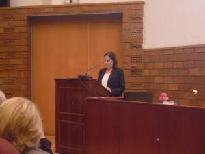Στο βήμα η πρόεδρος της Εταιρείας Μελέτης Ελληνικής Διασποράς, καθηγήτρια Μ. Τομαρά – Σιδέρη ενώ εκφωνεί την ανακοίνωσή της στην ημερίδα.