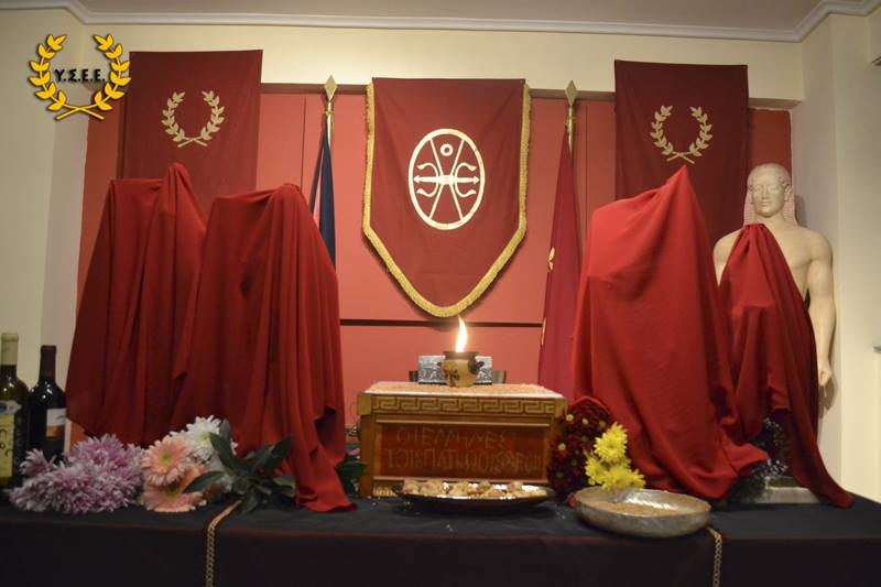 Verhüllte Götterbildnisse vor der Zeremonie