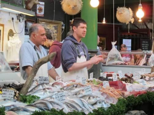 Fiskebutikken på markedet har et fabelaktig utvalg.