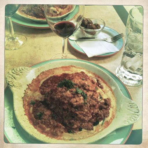 Lasagna på en glovarm tallerken.