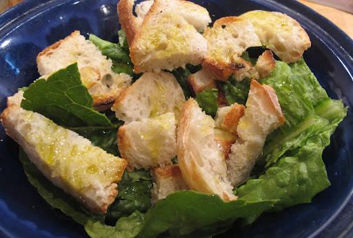 Riv romanosalat og rist landbrød. Riv brødet i munnfuller og dryss over god olivenolje.