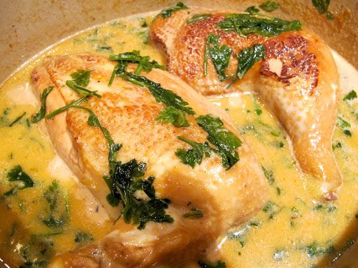 Hell over fløte og 1 dl vann. Tilsett et par never grovhakket persille. Stilker og alt. La stå 45 minutter. Skjær kyllingen i skiver eller server hele stykker. Tilsett mer frisk persille mot slutten.