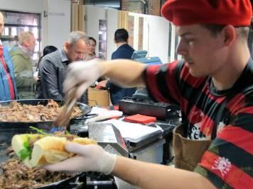 Lang lang rekke: Her var det kø! Baguette med andekjøtt slo an hos de øldrikkende menneskene.