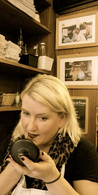 When in Paris... da kjører man rød leppestift. På bildet bak ser du eieren av bistroen sammen Keith Richards.