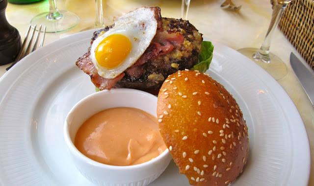 """Le Chardenouxs FANTASTISKE hamburger laget av Aubrackveg med vaktelegg, bacon og en deilig ost. Servert med hjemmelagde potetfritter og dressing. Dette var en ren nytelse. Jeg pleier som oftest å angre bittert hver gang jeg spiser hamburger. Etter en bit synes jeg det hele blir tungt og kjedelig, men denne hamburgeren gikk ned på høykant og jeg ga klar beskjed til Erik:""""ikke forstyr"""" mens jeg spiste den."""