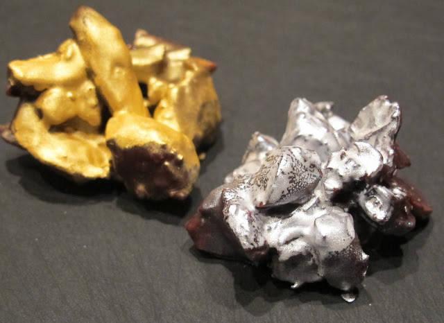 gull- og sølvspray gjør konfekten litt mer glamorøs. Husk å bruke farge som er beregnet til spising.