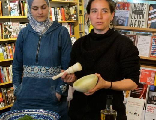 Laila El-Haddad og Maggie Schmitt demonstrerer hvordan en palistinsk morter brukes.