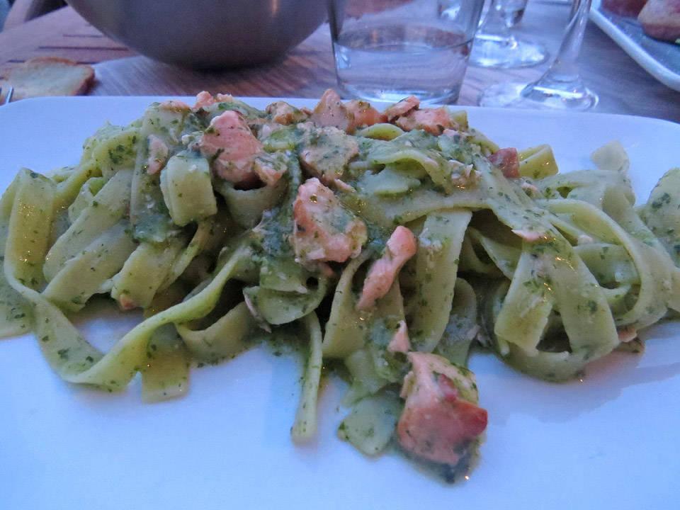 En helt fantastisk pasta med varmrøkt laks og ruccolasaus