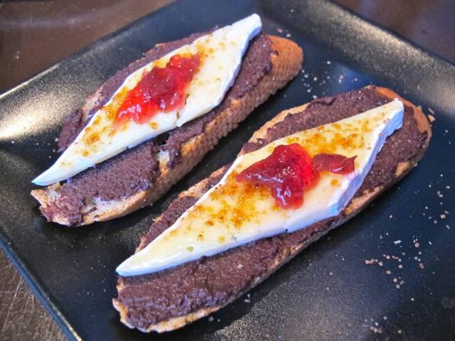 L'Estable har tapas, men også deilige toast med tapenade, brie og rosebladgelé.