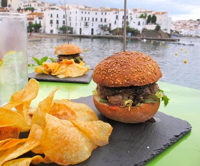 Es Cau har eksklusive burgere med hjemmelaget potetgull til.