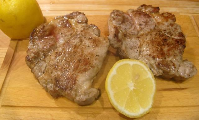 En god skvis med sitronsaft over kjøttet, mens det hviler, gir en god smak.