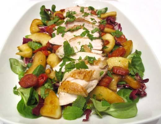 Lun salat med kylling, chorizo, kikerter og stekte epler