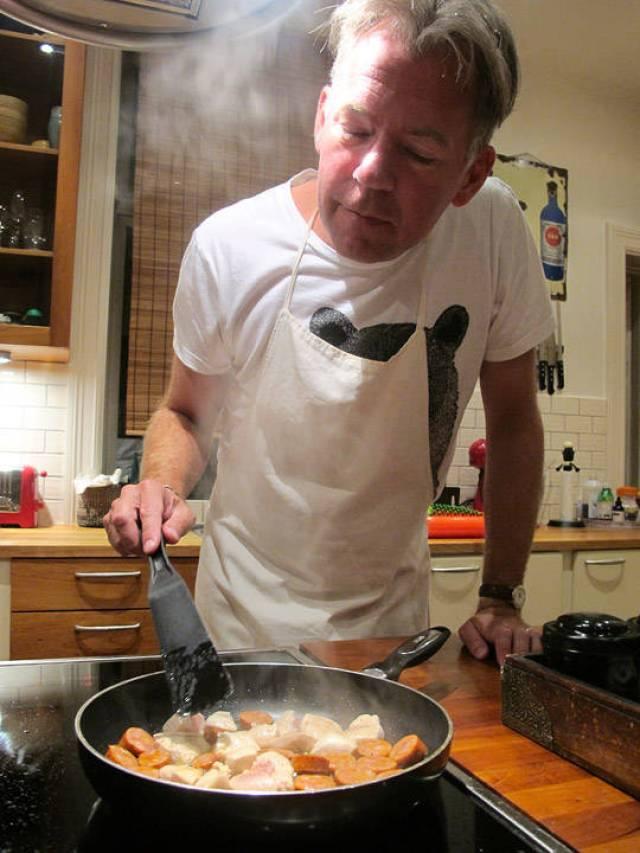 Erik steker pølser og kylling