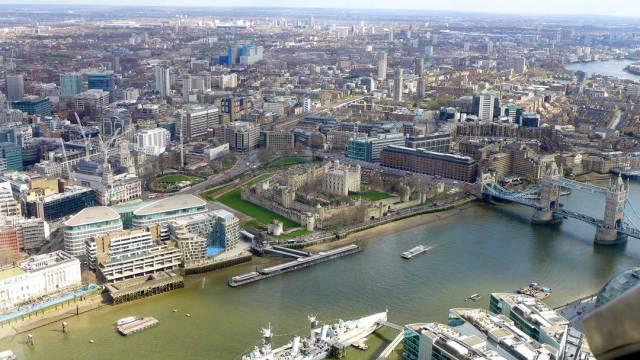 Utsikt fra The Shard. Hotellet jeg bodde på ligger rett over elven med bassenget, som ikke er et svømmebasseng.