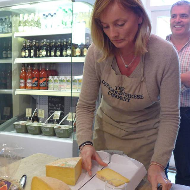 Lisa skjærer smakebiter av Smart's Single Gloucester