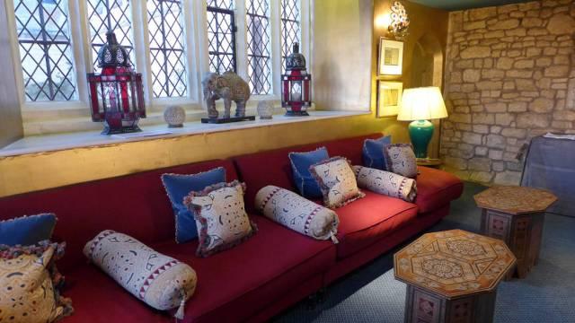 På mezzaninen fikk vi servert champagne og kanapeér. Rommet er inredet i Indisk stil. Den 1. Earl of Ellenborough var tidliger guvernør i India. Han overtok byggningen i 1833.