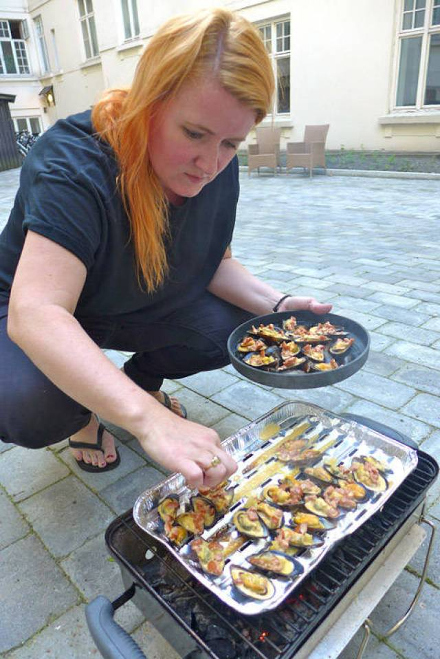 Ta av skjellene og legg dem stødig over på serveringsfatet.