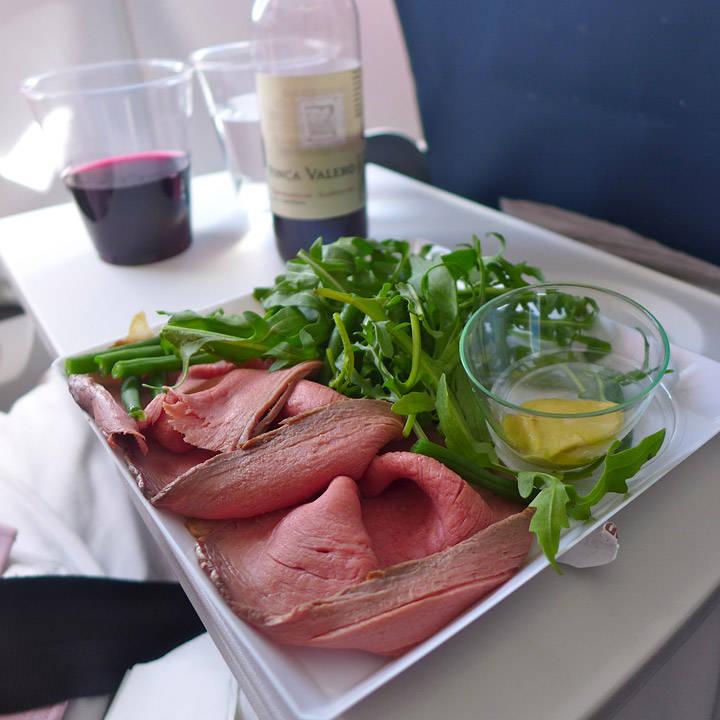 Hovedrett: Nydelig roastbeef med ruccola, grønne bønner og sterk, engelsk sennep