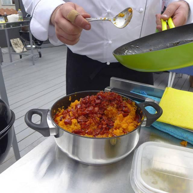 Søtpotetmosen blandes med chorizo.